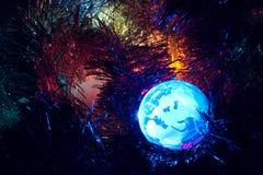 Erdekugel Europa mit Weihnachtshintergrundblau Stockfotografie