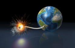Erdekugel mit einer Sicherung, die herauf als sie beleuchtet wird, ist eine Bombe Lizenzfreies Stockbild