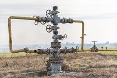 Erdgasleitung mitten in dem Feld Extraktion des Gases von der Lagerung Lizenzfreie Stockbilder