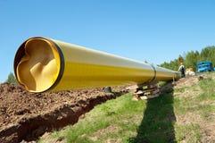 Erdgasleitungen gegen blauen Himmel Stockbilder