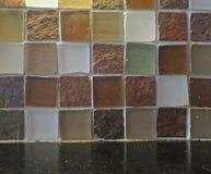 Erdige Fliese und schwarzer Granit Lizenzfreies Stockfoto