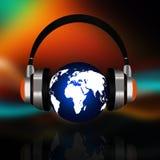 Erdkugel mit Kopfhörern auf abstraktem Hintergrund lizenzfreie abbildung