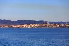 Erdöl, das auf Gibralter-Küste verarbeitet Lizenzfreie Stockfotos