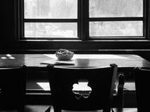 Erdnüsse auf dem Tisch Stockfotos