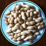 Erdnüsse auf einer Platte stockfotografie