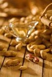 Erdnüsse auf hölzerner Tabelle Lizenzfreie Stockbilder