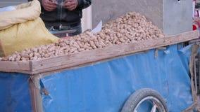 Erdnüsse auf Laufkatze des Verkäufers in Tanger stock video