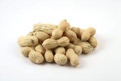 Erdnüsse auf weißem Hintergrund Lizenzfreie Stockfotografie