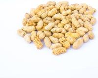 Erdnüsse auf weißem Hintergrund Stockfotografie