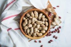 Erdnüsse in der hölzernen Schüssel auf dem Tisch Lizenzfreies Stockbild