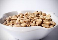 Erdnüsse in der Schüssel Stockfotos