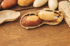 Erdnüsse, die auf einer Tabelle sitzen Lizenzfreies Stockfoto