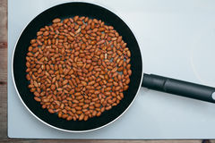 Erdnüsse in einer Bratpfanne Lizenzfreies Stockbild