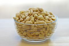 Erdnüsse in einer Glasschüssel Stockfotografie