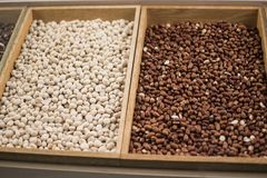 Erdnüsse in einer hölzernen Kiste Erdnüsse sind eine wertvolle Ölernte 47 bis 54% von hochwertigen Fetten, von Proteinen 20-37% u Lizenzfreie Stockbilder