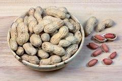 Erdnüsse in einer hölzernen Schüssel Lizenzfreie Stockfotos