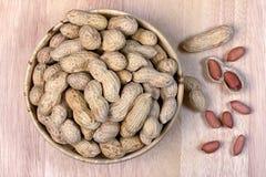 Erdnüsse in einer hölzernen Schüssel, Nuss Stockfotografie
