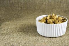 Erdnüsse in einer weißen Schüssel Lizenzfreies Stockbild