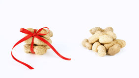 Erdnüsse gebunden mit einem Bogen stockfotografie