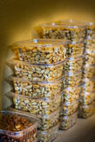 Erdnüsse gegen Wand Stockbild