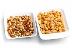 Erdnüsse gemischte getrocknete geschälte Frucht und getrocknete Tomaten im weißen Behälter Stockfoto