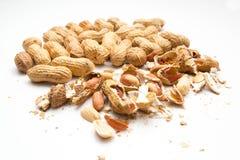 Erdnüsse, geschält und im Oberteil Stockfotografie
