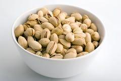 Erdnüsse im weißen Porzellanbogen Lizenzfreie Stockfotos