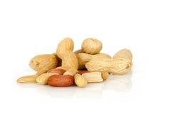 Erdnüsse mit Oberteil auf einem weißen Hintergrund Lizenzfreie Stockfotografie