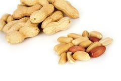 Erdnüsse mit Oberteil auf einem weißen Hintergrund stockfotografie