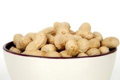 Erdnüsse mit Oberteil auf einem weißen Hintergrund lizenzfreies stockbild