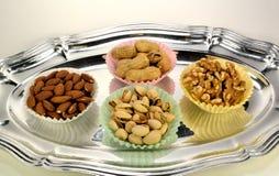 Erdnüsse, Pistazien, Mandeln und Walnüsse. Stockfotos
