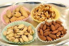 Erdnüsse, Pistazien, Mandeln und Walnüsse. Stockfoto