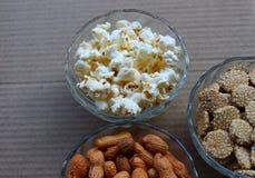 Erdnüsse, Popcorn und rewari stockbilder