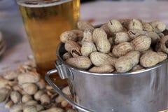 Erdnüsse und Bier Stockfoto