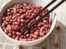 Erdnüsse und Essstäbchen Stockfotos