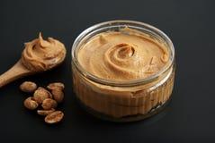 Erdnüsse und frisches Erdnussbutter Isoalted-Schwarz-Hintergrund-Protein-Superlebensmittel-Snack lizenzfreies stockfoto