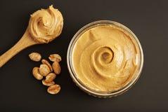 Erdnüsse und frisches Erdnussbutter Isoalted-Schwarz-Hintergrund-Protein-Superlebensmittel-Snack stockfoto