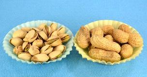 Erdnüsse und Pistazien Stockbild