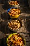 Erdnüsse und Snäcke für Partei Stockfotos