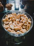 Erdnüsse zogen mit Salz ab stockfoto