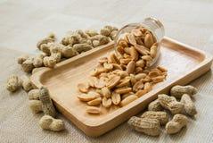 Erdnuss auf hölzerner Platte Stockfotografie