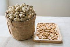Erdnuss auf hölzerner Platte Stockbilder