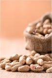 Erdnuss im Sack auf Holz Lizenzfreies Stockbild