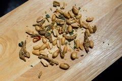 Erdnuss-Mischsardelle auf hölzerner Platte Lizenzfreie Stockbilder
