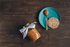 Erdnussbutter auf altem Holztisch Lizenzfreies Stockfoto