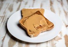 Erdnussbutter auf Toast stockfotos