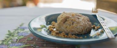 Erdnussbutter des köstliches Gluten-freie strengen Vegetariers Biscut auf Teal Plate Stockfotos