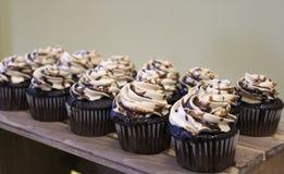Erdnussbutter-Schokoladenkleine kuchen stockbild
