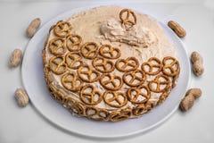 Erdnussbutter und Schokoladenkuchen mit Brezeln stockbilder