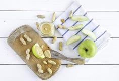 Erdnussbutter verbreitet mit Apfel Lizenzfreie Stockbilder